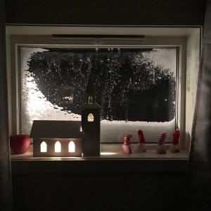 Det blåser, och snön yr utanför. Det finns andra stormar som även de yr runt där ute. Stormar man kan bli lite yr i mössan av...