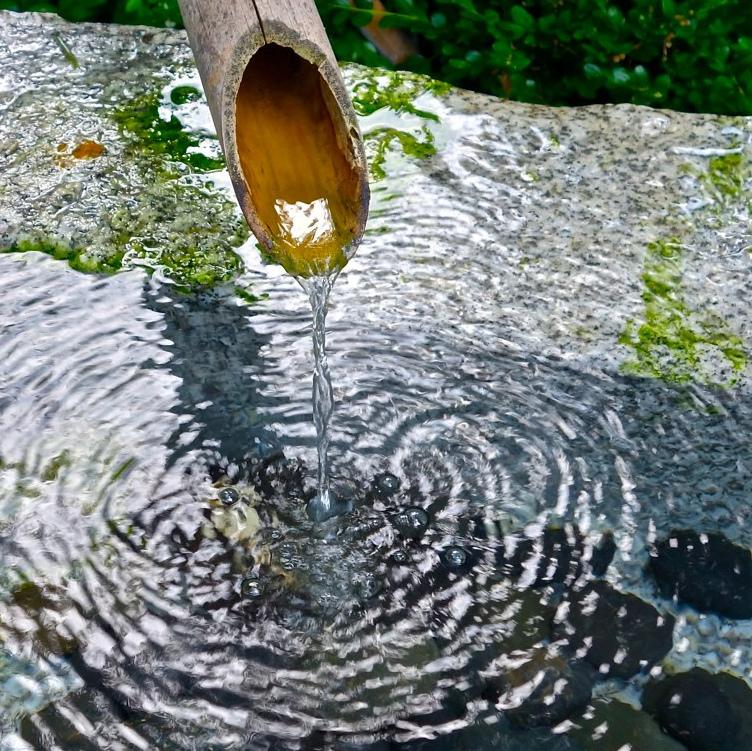 Vatten som rinner ur ett bamburär