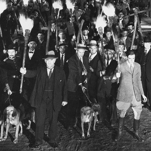 """Vem är på flykt? Vem är det som jagar? Varför flyr någon från en som jagar? Bilden kommer från en scen i filmen """"Frankenstein"""" (1931), regisserad av James Whale."""